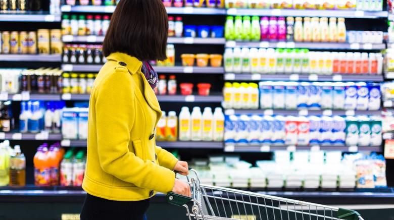 Девушка делает покупки в супермаркете
